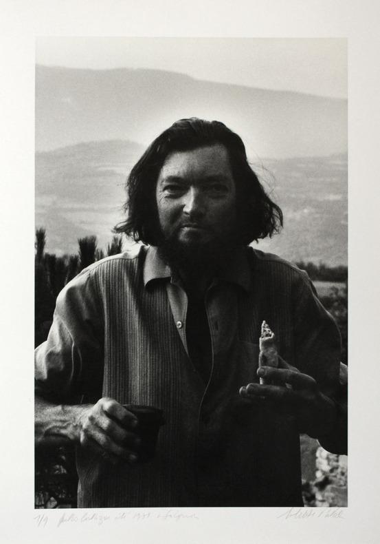[Photographie originale] Portrait photographique de Julio Cortázar mangeant un sandwich et buvant à Saignon (Vaucluse), été 1971. [Cortázar, Julio] - ...