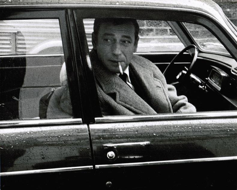 """[Photographie originale] Yves Montand sur le tournage du film """"La guerre est finie"""" (1966) photographié par Jean-Michel Folon. [Montand, Yves] - ..."""