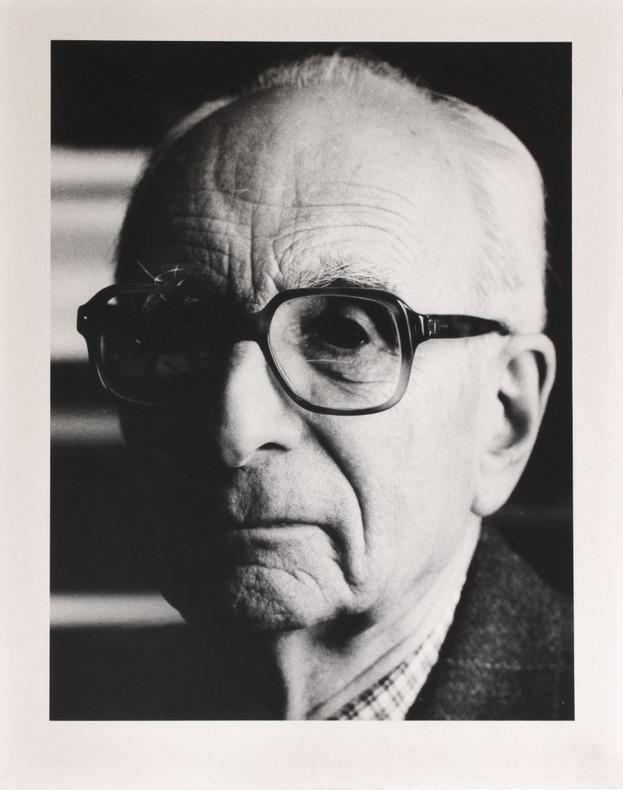 Portrait photographique de Claude Lévi-Strauss par Bruno de Monès (tirage vintage signé). [Lévi-Strauss, Claude (1908-2009)] - Monès, Bruno de (né en ...