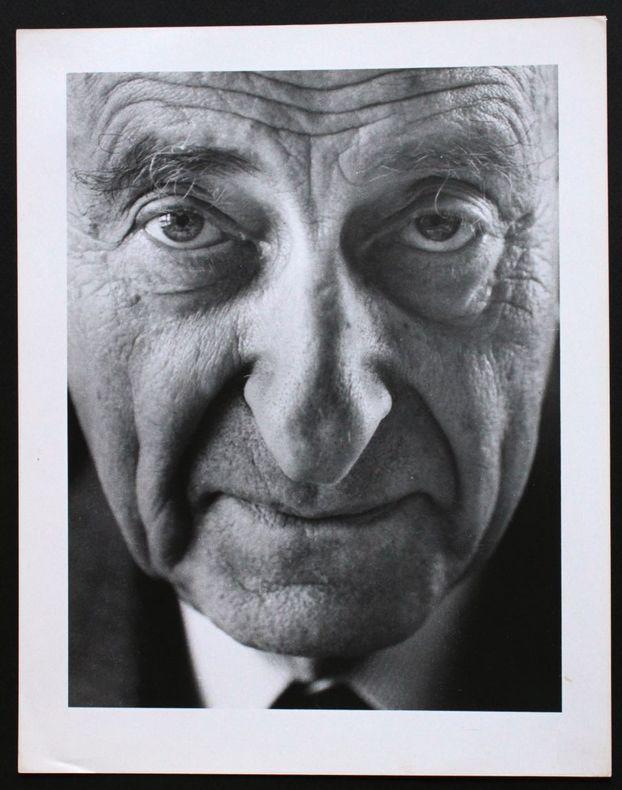Portrait photographique de Raymond Aron par Bruno de Monès (tirage vintage signé). [Aron, Raymond (1905-1983)] - Monès, Bruno de (né en 1951)