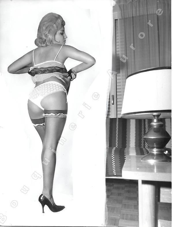 """Blonde en déshabillé vue de dos.Photographie originale en tirage argentique.. Fonds de la célèbre revue de Charme """"Paris-Hollywood"""" - ANONYME."""