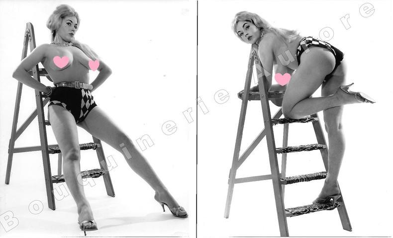 """Belle blonde nue adossée à un escabeau.2 Photographies originales en tirage argentique.. Fonds de la célèbre revue de Charme """"Paris-Hollywood"""" - ..."""