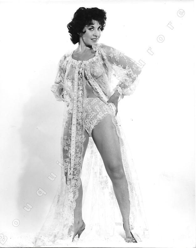 """Jolie brune debout en sous-vêtements à dentelle.Photographie originale en tirage argentique.. Fonds de la célèbre revue de Charme """"Paris-Hollywood"""" - ..."""