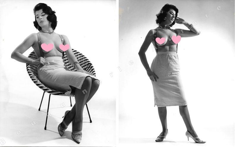 """Jolie brune en jupe et bretelles aux seins nus.2 Photographies originales en tirage argentique.. Fonds de la célèbre revue de Charme """"Paris-Hollywood"""" ..."""