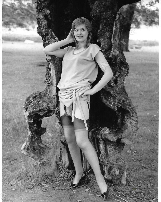 """Patty Dalton en tenue légère dans la nature.Photographie originale en tirage argentique.. Fonds de la célèbre revue de Charme """"Paris-Hollywood"""" - Eric ..."""