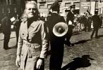 Femme au défilé militaire, Naples.. FAVREAU (Jean-Pierre).
