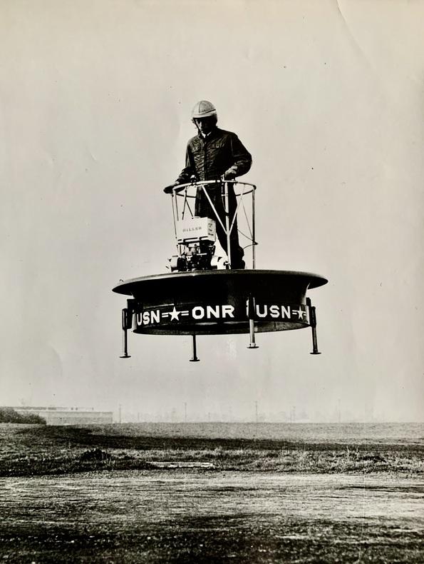 Test d'élévateur sur piste d'aviation..  (ANONYME). U. S. N./ O. N. R. (United States Navy/Office of Naval Research).