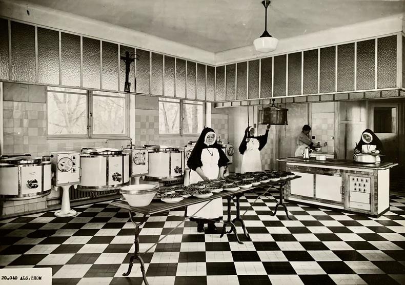 Réchauds et cuisinières Als.Thom. Religieuses à la préparation des tartes dans un réfectoire, vers 1950.. (ANONYME, PUBLICITÉ).