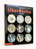 Über Berlin. Kartenmappe - Berlin von oben. Luftbildpläne, Ansichten, Ubersichtskarten von 1237 bis 2010. Mit Begleitheft.. Collectif