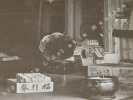 """Photographie argentique ancienne représentant l'intérieur d'un magasin de saké, loto et promotion """"Kawa Goe Shop"""". JAPON. . Photographie KUROSAKI."""