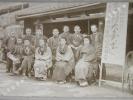 """Photographie argentique ancienne représentant la devanture et le personnel d'un magasin de saké, loto et promotion """"Kawa Goe Shop"""". JAPON. . ..."""