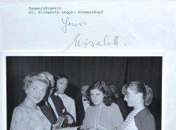 Elisabeth Schwarzkopf donne des cours de chant chez Karajan.. Elisabeth Schwarzkopf (1915-2006) L'une des plus grandes sopranos du XXe siècle.