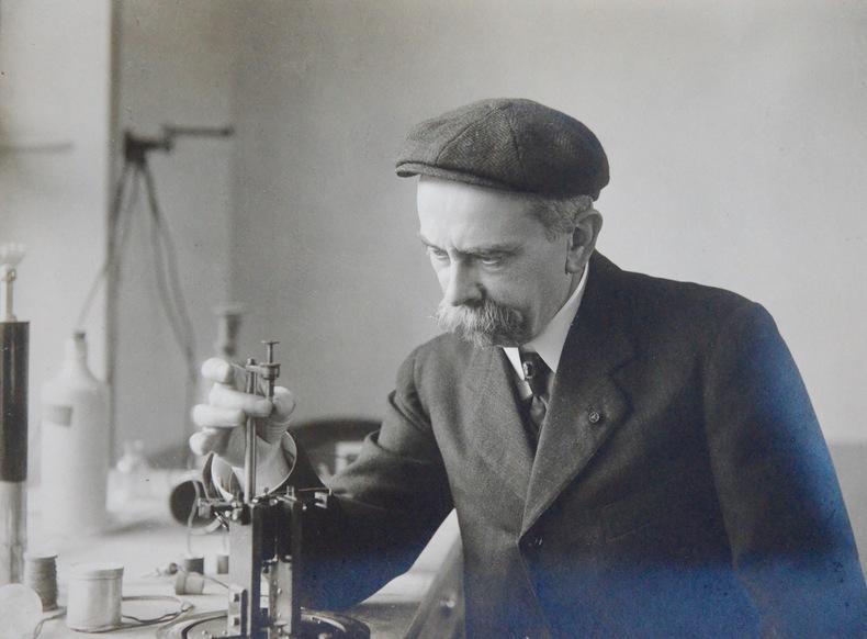 Beau portrait d'Arsène d'Arsonval dédicacé à Méker. Jacques Arsène Arsonval (d') (1851-1940) Physicien ; ses découvertes ont révolutionné la physique ...