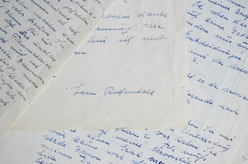 11 lettres de Leni Riefenstahl. Leni Riefenstahl (1902-2003) Danseuse, actrice, réalisatrice et photographe allemande. Elle fut la cinéastedu ...