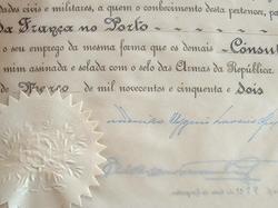 Le président portugais Craveiro Lopes signe un brevet.. Francisco Higino Craveiro Lopes (1894-1964) Général, président du Portugal de 1951 à 1958.