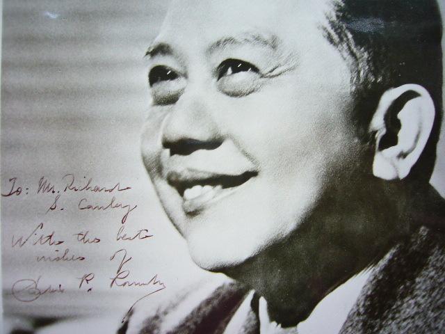 Portrait dédicacé de Carlos Romulo.. Carlos Romulo (1899-1985) Homme politique philippin, puis général américain.