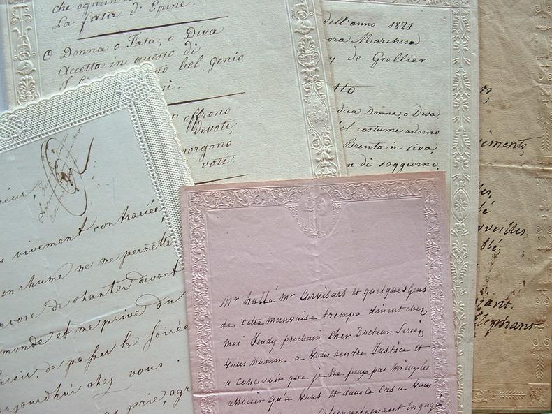 Poèmes et lettres sur de jolis papiers gaufrés XIXe..