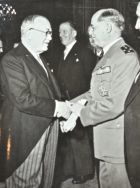 Vincent Auriol reçoit les voeux du général Juin.. Alphonse Juin (1888-1967) Maréchal et académicien.Vincent Auriol (1884-1966) Président de la ...