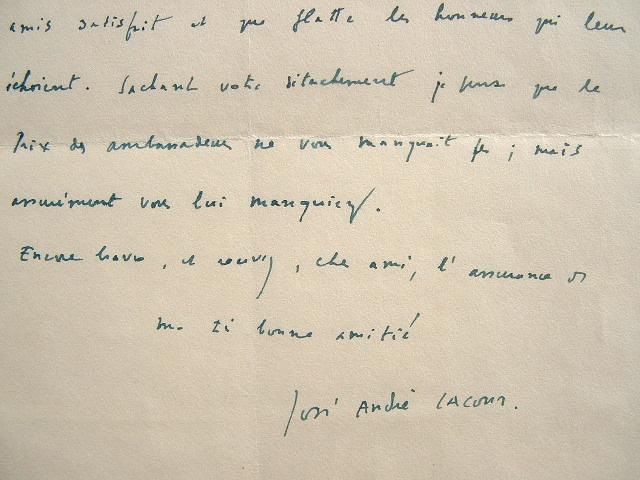 Le dramaturge belge José André Lacour partage le plaisir de ses amis.. José-André Lacour (1919-2005) Romancier et dramaturge belge.
