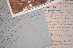 Maurice Savin réfléchit à l'illustration d'un livre.. Maurice Savin (1894-1973) Peintre, céramiste et tapissier.
