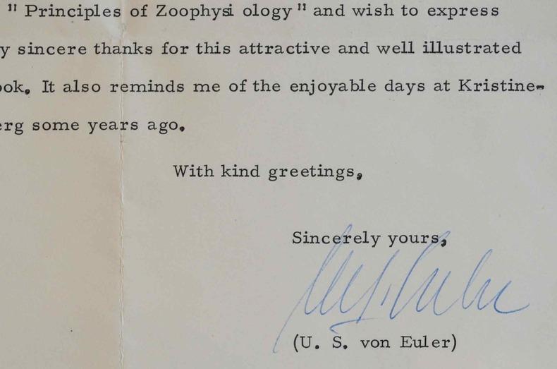 Le prix Nobel, Ulf von Euler, reçoit les Principes de zoophysiologie.. Ulf Svante Euler (von) (1905-1983) Neurophysiologiste suédois, prix Nobel de ...