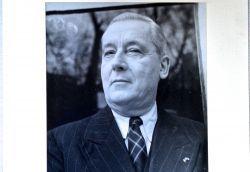 Beau portrait photographique dédicacé de Jacques de Lacretelle.. Jacques Lacretelle (de) (1888-1985) Romancier, ami de Proust, prix Femina ...