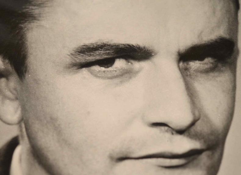 Rare portrait photographique dédicacé du romancier Jean Reverzy.. Jean Reverzy (1914-1959) Romancier et médecin, son premier roman (Le Passage), ...