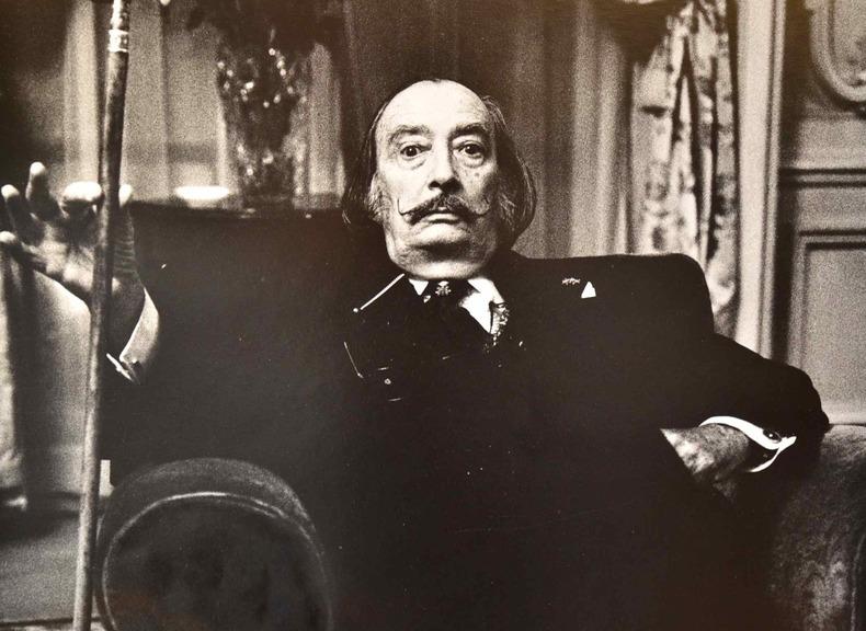 Dali photographié à l'hôtel Meurice par Bruno de Monès.. Salvador Dali (1904-1989) Peintre.