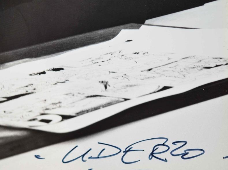 Joli portrait photographique signé d'Uderzo.. Albert Uderzo (1927-0) Dessinateur de bande dessinée, père d'Astérix.