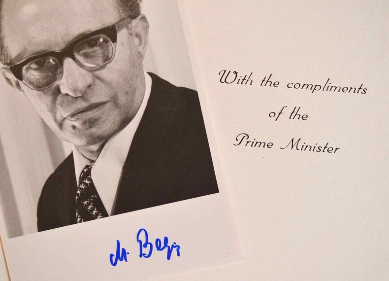 Photo signée de Menahem Begin.. Menahem Begin (1913-1992) Homme d'Etat israélien, premier ministre d'Israel (1977-1983), prix Nobel de la paix (1978).