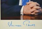 Photo signée de Shimon Peres.. Shimon Peres (1923-0) Homme d'Etat israélien, prix Nobel de la Paix (1994).