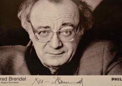 Portrait photographique signé du pianiste Alfred Brendel.. Alfred Brendel (1931-0) Pianiste autrichien.