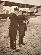 Photo d'Henri Farman devant son aéroplane vers 1910..