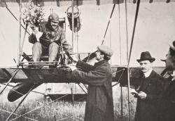 Photo de Louis Bréguet félicitant un aviateur aux commandes de son engin..
