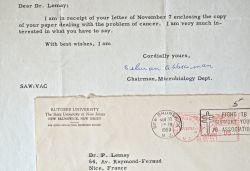 Le prix Nobel Selman Waksman reçoit un article du professeur Lemay sur la cancer.. Selman Abraham Waksman (1888-1973) Microbiologiste américain, prix ...