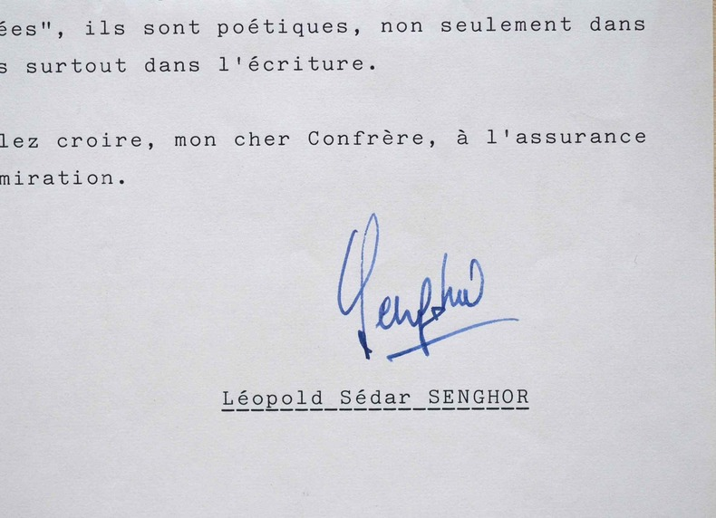 """Senghor apprécie la poésie des """"Passions partagées"""" de Félicien Marceau.. Léopold Sédar Senghor (1906-2001) Premier président de la République du ..."""