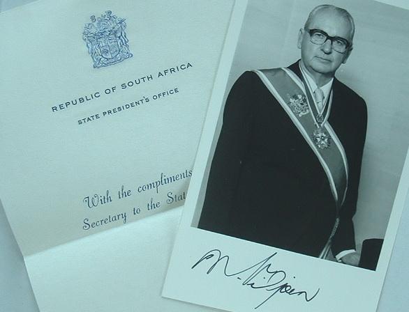 Photo signée du président sud-africain Nicolaas Diederichs.. Nicolaas Johannes Diederichs (1903-1978) Président de l'Afrique du Sud de 1975 à 1978.