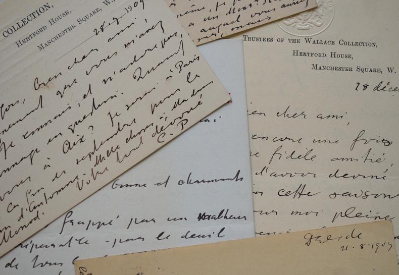 Sir Claude Phillips court les expositions pour oublier son chagrin.. Claude Phillips (Sir) (1846-1924) Historien d'art, il est le premier conservateur ...