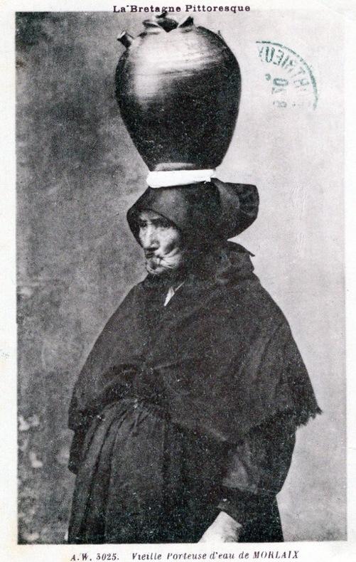 VIEILLE PORTEUSE D'EAU DE MORLAIX . Côtes d'Armor