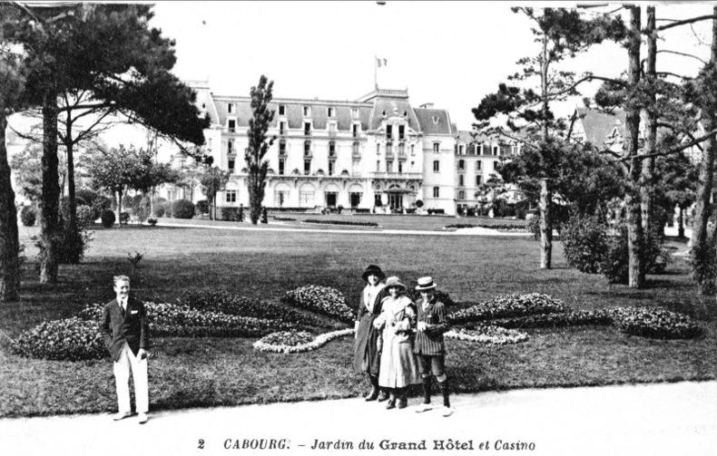 CABOURG - Jardin du Grand Hôtel et Casino .. Cabourg