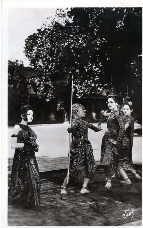 ANGKOR-VAT, danseuses Cambodgiennes,. Cambodge