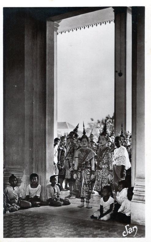 CAMBODGE, Phnom-Penh, Au palais royal l'entrée des danseuses dans la grande salle des danses royales.. Cambodge
