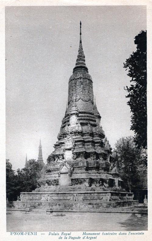PNOM-PENH , Palais Royal, Monument funéraire dans l'enceinte de la Pagode d'Argent. . Cambodge