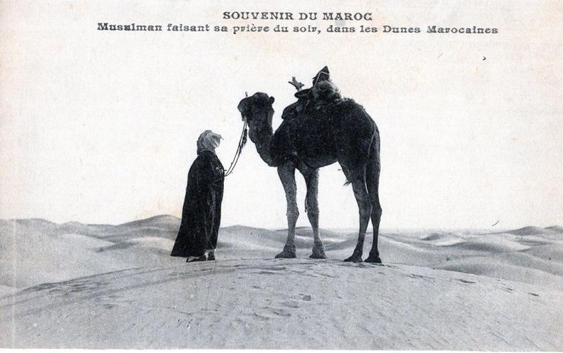 MAROC, Souvenir du Maroc, Musulman faisant sa prière du soir, dans les dunes marocaines .. Maroc