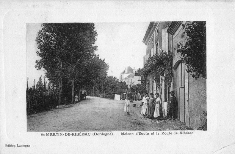 St Martin de Ribérac , Maison d'école et la route de Ribérac. Dordogne