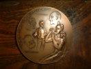 """Médaille en bronze intitulée """"Les trois étoiles: Sem, Cappiello, Bourdelle"""". Dans sa boite cartonnée.. DON."""