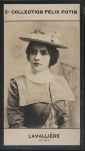Photographie de la collection Félix Potin (4 x 7,5 cm) représentant : Eve Lavallière, comédienne.. LAVALLIERE (Eve) - (Photo de la 2e collection Félix ...