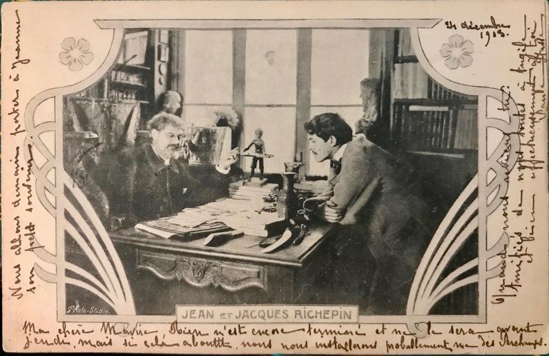 """Carte postale représentant le poète Jean Richepin et son fils Jacques, poète et auteur dramatique, dans leur bureau, dans un encadrement """"art ..."""