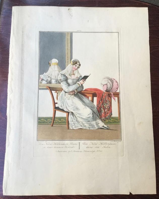 """Dame de la Nord-Hollande assise dans son salon, devant une glace - """"Noord-Hollandsche Dame, zittende in haar binnen-vertrek, voor een spiegel""""."""